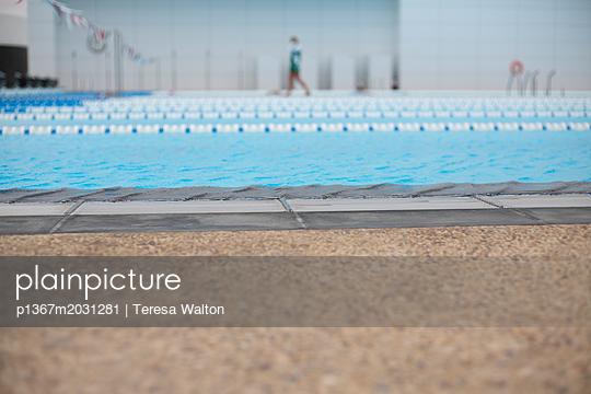 Bahnen im Schwimmbad - p1367m2031281 von Teresa Walton
