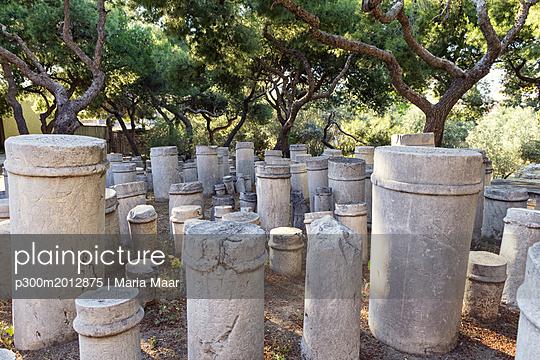 Greece, Attica, Athens, ancient grave yard Kerameikos, old columns - p300m2012875 von Maria Maar
