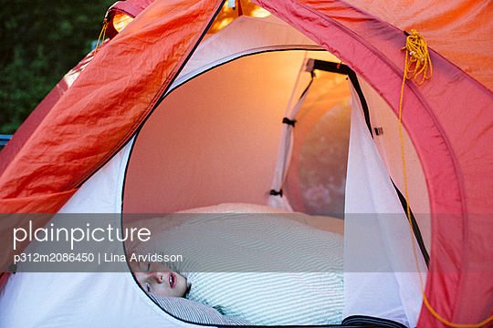 Girl sleeping in tent - p312m2086450 by Lina Arvidsson