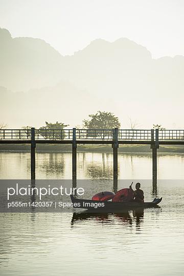 plainpicture | Photo library for authentic images - plainpicture p555m1420357 - Mountains and bridge reflec... - plainpicture/Blend Images/Spaces Images