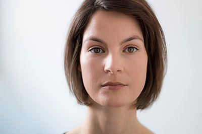 Portrait of young woman - p552m1219016 by Leander Hopf