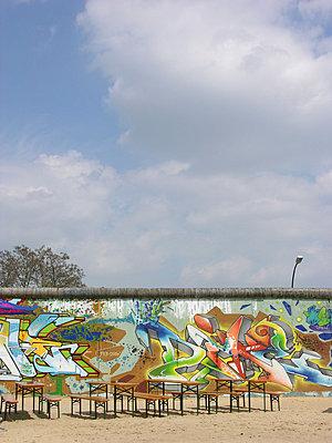 Bierbaenke einer Strandbar an der East Side Gallery, Berlin - p627m1035901 von Christian Reister