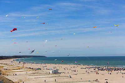 Drachen am Strand - p076m1083070 von Tim Hoppe