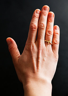 Hand mit Ring - p1008m1065745 von Valerie Schmidt