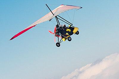 Motordrachenflug über den Wolken - p1079m1552872 von Ulrich Mertens