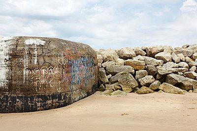 Bunker am Strand - p117m918191 von Katja Nitsche