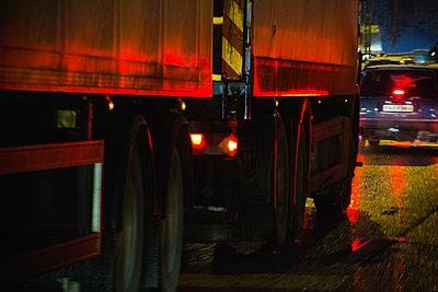 Schwerlastverkehr bei Nacht - p1418m1571680 von Jan Håkan Dahlström