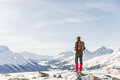 Switzerland, Engadin, hiker in mountainscape looking at view - p300m1563348 by Michela Ravasio
