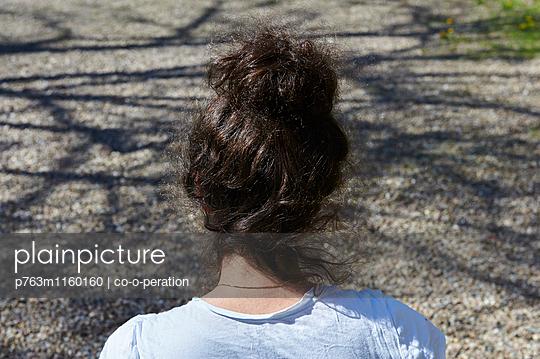 Frau mit Hochsteckfrisur - p763m1160160 von co-o-peration
