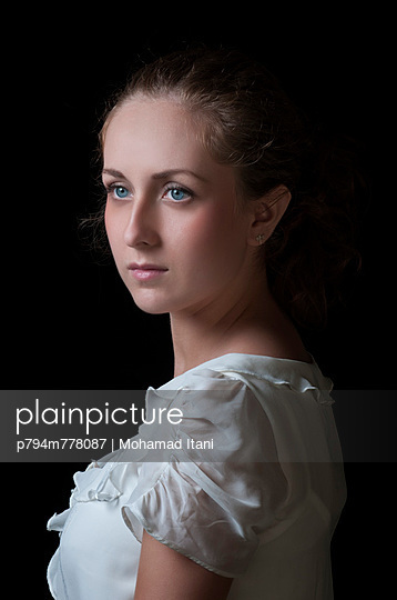 Beautiful girl looking away white vintage - p794m778087 by Mohamad Itani