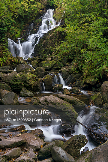 plainpicture | Photo library for authentic images - plainpicture p871m1520652 - Torc Waterfall, County Kerr... - plainpicture/robertharding/Carsten Krieger