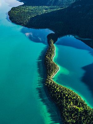 Farbenspiel am Muncho Lake in Kanada - p1455m2185527 von Ingmar Wein