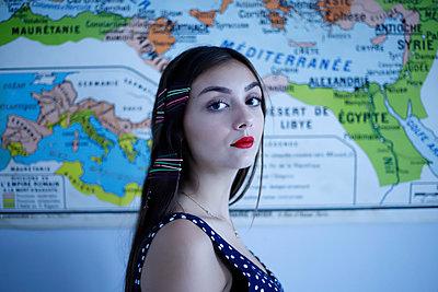 Junge Frau vor einer Landkarte - p1521m2128963 von Charlotte Zobel