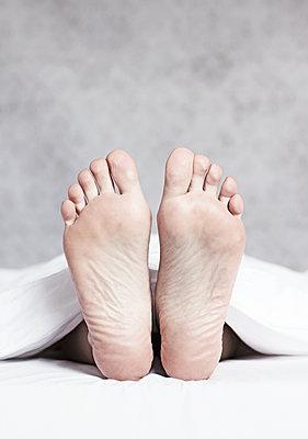 Füße im Bett - p1574m2147968 von manuela deigert