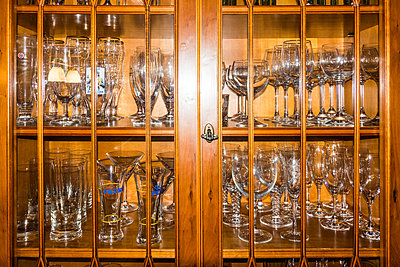 Showcase with glasses - p354m2108569 by Andreas Süss