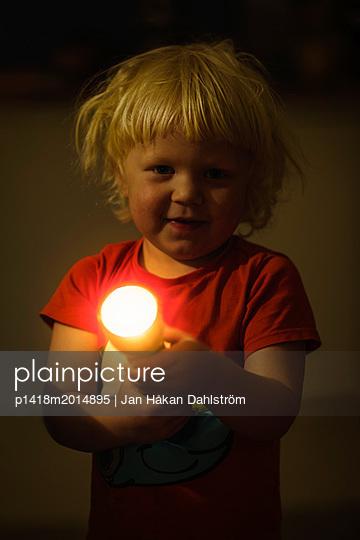 Kleiner Junge mit Taschenlampe - p1418m2014895 von Jan Håkan Dahlström