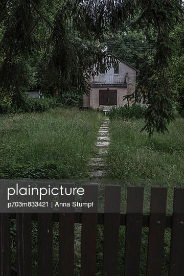 Haus am Wald - p703m833421 von Anna Stumpf