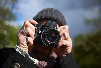 Close-up of man photographing through DSLR camera in Paris - p1166m1542240 by Cavan Social