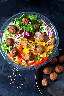 Bowl of mixed salad with vegetable balls - p300m1581390 by Dieter Heinemann