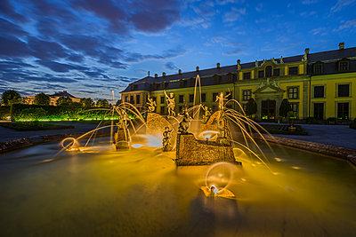 Deutschland, Niedersachsen, Hannover, Neptunbrunnen im Orangenparterre & Galerie der Herrenhäuser Gärten am Abend - p300m2062574 von Patrice von Collani