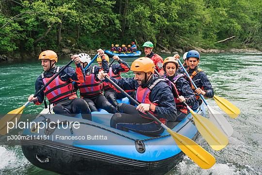 Group of people rafting in rubber dinghy on a river - p300m2114151 von Francesco Buttitta
