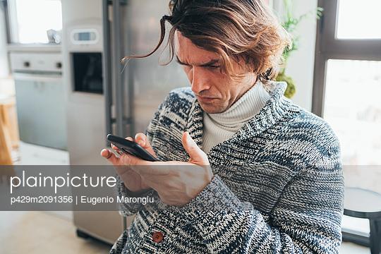 Man using smartphone - p429m2091356 by Eugenio Marongiu