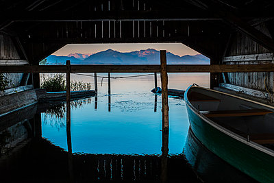 Germany, Bavaria, Schutzing, View of Lake Chiemsee with Alps - p300m1052850f by Hans Mitterer