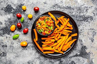 Homemade sweet potato fries and bowl of tomato basil dip - p300m2013024 von Sandra Roesch