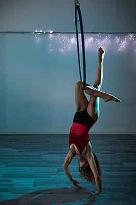 Female artist during a performance with hoop - p300m2024041 von Mauro Grigollo