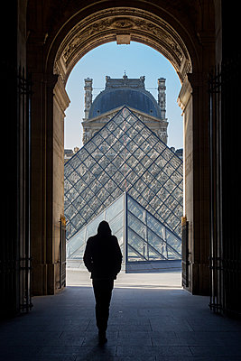 Going to the Louvre - p940m1110719 by Bénédite Topuz