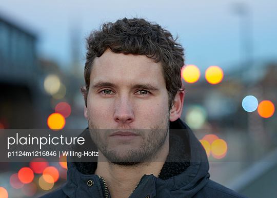 Portrait Mann mit Stadtlichtern - p1124m1216846 von Willing-Holtz