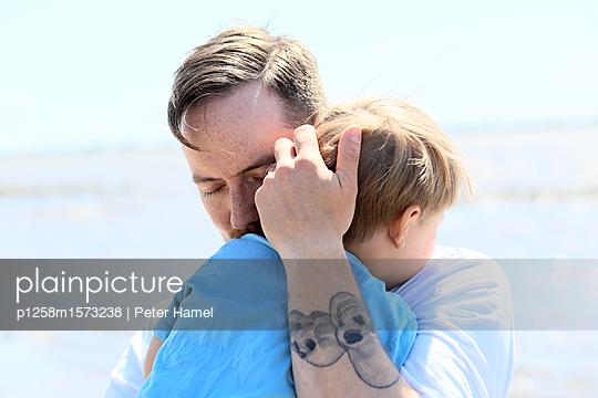 Porträt von Vater und Sohn - p1258m1573238 von Peter Hamel