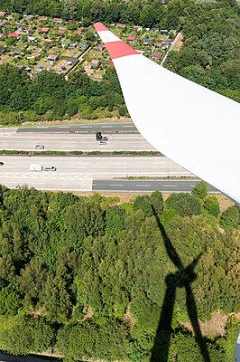 Windkraftanlage an der Autobahn - p1079m995517 von Ulrich Mertens