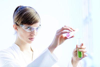 Junge Frau experimentiert - quer - p1212m1128317 von harry + lidy