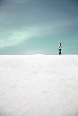 Man standing on dune - p1248m2053880 by miguel sobreira