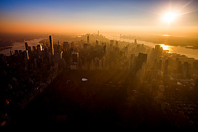 Sunset over Central Park and midtown Manhattan, New York City. - p1166m2162999 by Cavan Images