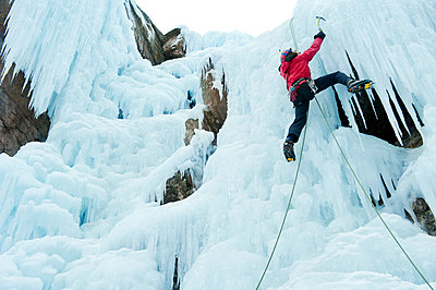 Caucasian man climbing ice - p555m1478016 by Pete Saloutos