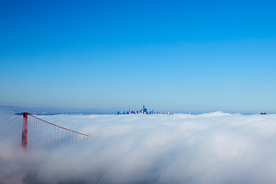 Wafts of mist over San Francisco bay - p719m1511414 by Rudi Sebastian