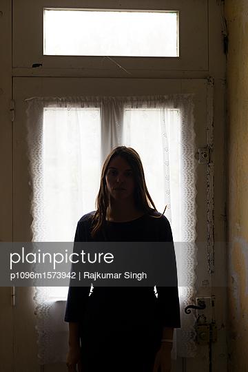 Silhouette einer Frau vor einer alten Tür - p1096m1573942 von Rajkumar Singh