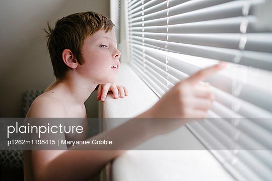 Neugieriger Junge - p1262m1198415 von Maryanne Gobble