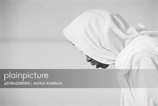 Bowing man - p378m2085500 by Ashton Keiditsch