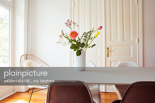 Esszimmer mit Blumen auf dem Tisch - p432m1424168 von mia takahara