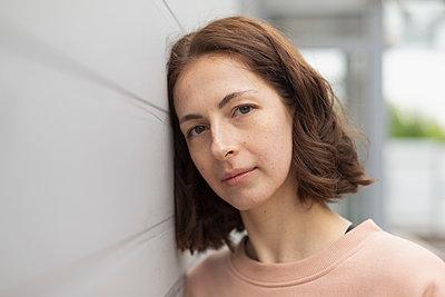 Portrait serene woman leaning against wall - p301m2122967 by Vladimir Godnik