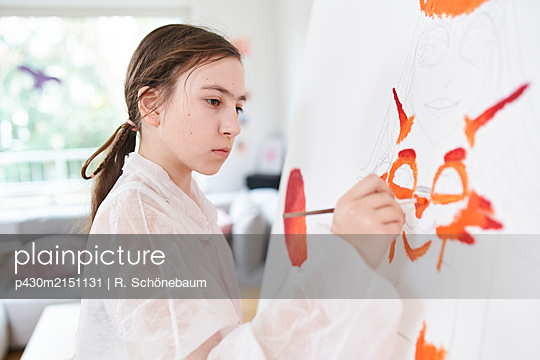 Girl painting on canvas - p430m2151131 by R. Schönebaum