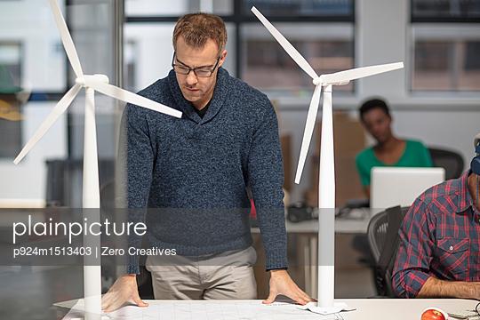 plainpicture | Photo library for authentic images - plainpicture p924m1513403 - Man in office looking at ar... - plainpicture/Image Source/Zero Creatives