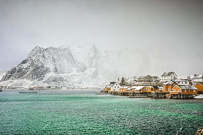 Snowy mountains overlooking rocky coastline, Reine, Lofoten Islands, Norway,Sakrisoya, Lofoten Islands, Norway - p1100m2084168 by Mint Images