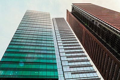 Low angle view of skyscrapers, New York, New York, United States - p555m1459287 by Eric Raptosh Photography