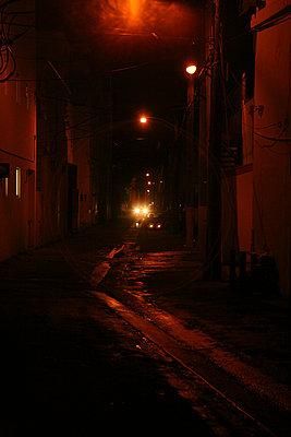 dunkle strasse nach regen - p6270173 von bobsairport