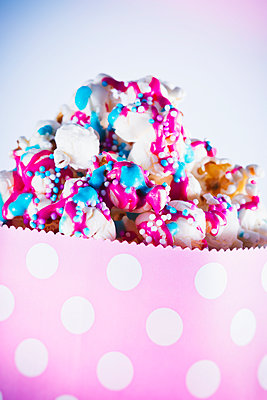 Popcorn with colorful icing and sprinkles - p1149m1574398 by Yvonne Röder