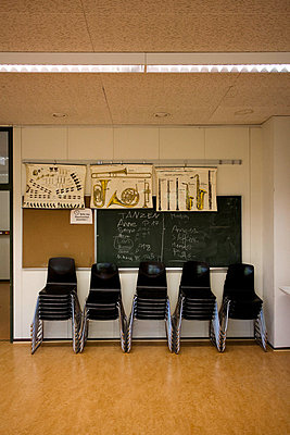 Klassenraum mit Tafel und Stühlen - p2686950 von Christof Mattes